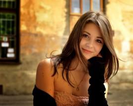 Застенчивая, скромная девушка